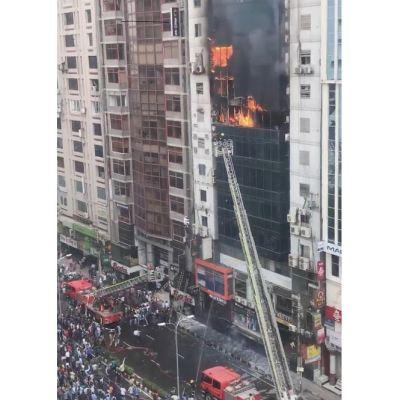 Arrestan a propietarios del edificio incendiado que dejó 26 muertos en Dacca