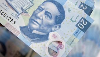 Foto: El retrato de Benito Juárez en un billete de veinte pesos mexicanos se ve en una fotografía tomada en la Ciudad de México, México, 27 de enero de 2016 (Getty Images)
