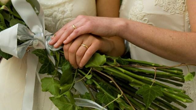 Foto: Los fotógrafos y la familia rodean a una pareja gay que presume sus anillos después de su ceremonia de boda, marzo 10 de 2019 (Getty Images)