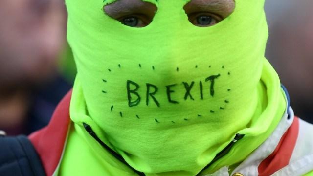Foto: Un manifestante pro-Brexit con una máscara mira la manifestación March to Leave en Londres, Gran Bretaña, 30 de marzo de 2019 (Reuters)