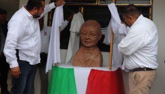 alcalde cuenta la historia del busto de benito juarez que no se parece a benito juarez
