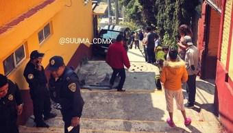 Foto: Cae vehículo por escaleras en la CDMX, 18 de marzo 2019. Twitter @SUUMA_CDMX