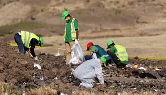 Foto: Investigadores forenses recolectan efectos personales del accidente del vuelo ET272 de Ethiopian Airlines en Bishoftu, Etiopía, 13 marzo 2019