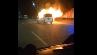 Incendian camioneta de transporte público en Tecámac