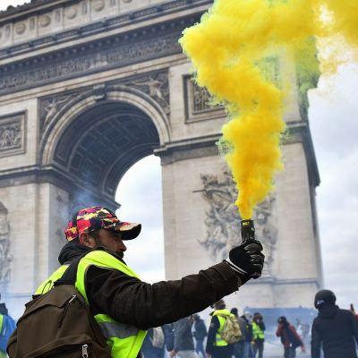 'Chalecos amarillos' lanzan ultimátum en nueva jornada violenta en Francia