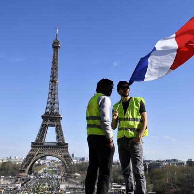 Chalecos amarillos protestan en Francia en apoyo a activista herida por policías