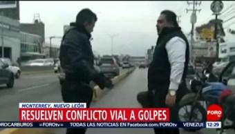 Conductores de auto y moto se golpean en Monterrey