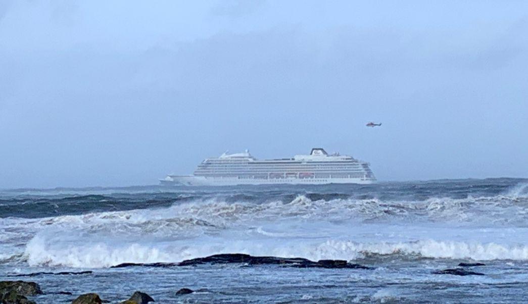 Foto: El crucero 'Viking Sky' presentó problemas en sus motores cuando navegaba junto a la costa de Hustadvika, en Noruega, 24 marzo 2019