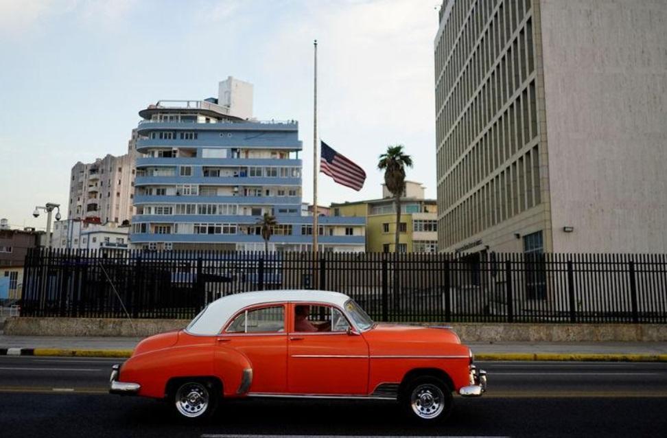 Foto: Un auto antiguo pasa frente a la embajada de Estados Unidos en La Habana, Cuba, 19 de abril, 2018 (Reuters)