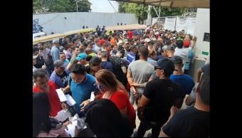 Cubanos toman oficinas de migración para exigir trámite de salida