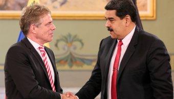 Foto: El presidente de Venezuela, Nicolás Maduro, le da la mano al embajador de Alemania en Venezuela, Daniel Martin Kriener, 6 marzo 2019
