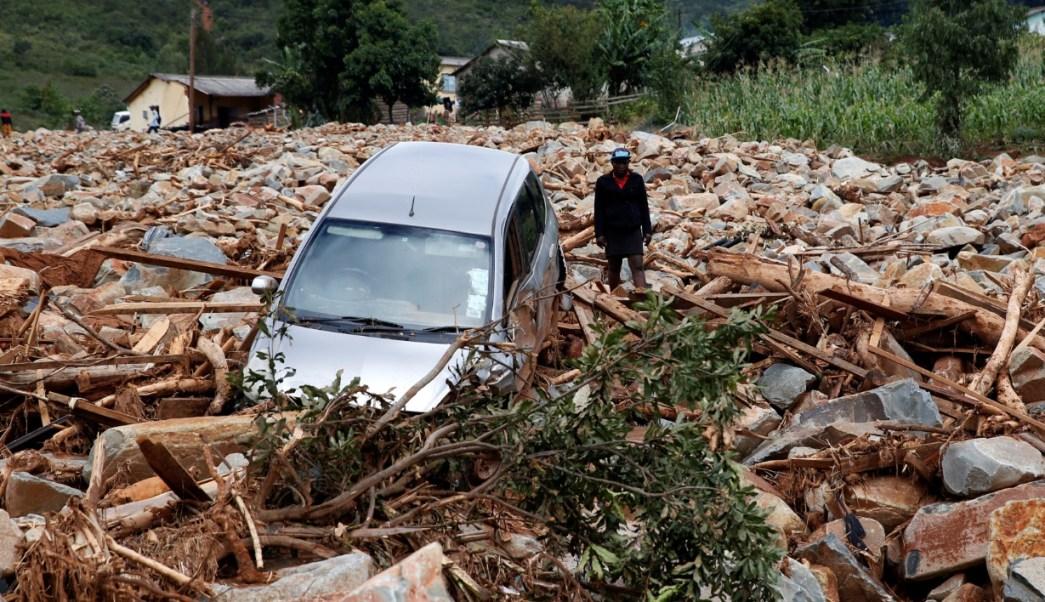 Foto: Una mujer se para al lado de un automóvil que fue barrido con escombros por el ciclón Idai en Chimanimani, Zimbabue, marzo 23 de 2019 (Reuters)