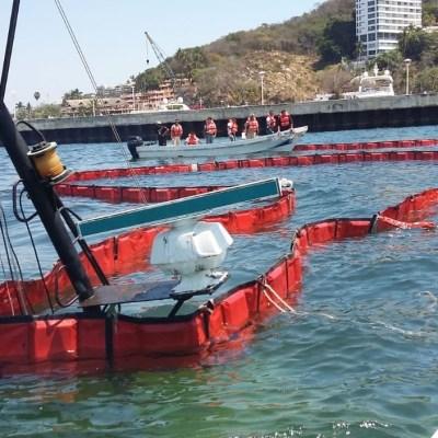 Se hunde barco y derrama combustible en playa de Acapulco, Guerrero