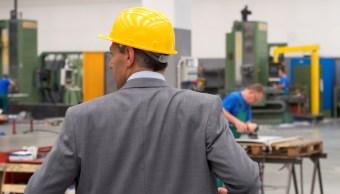 Foto: Un empresario utiliza un casco de trabajo en una fábrica, marzo 4 de 2019 (Getty Images)