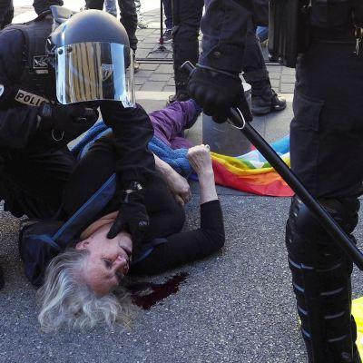 Se enfrentan 'chalecos amarillos' y elementos de la policía en Niza, Francia