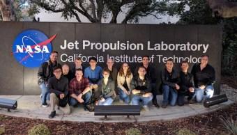 """Foto: El equipo de la Universidad Estatal de Arizona que confeccionó el satélite """"The Phoenix Cubesat"""", Estados Unidos, marzo 9 de 2019 (EFE)"""