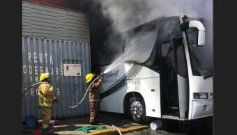 Foto: Explota autobús en taller mecánico en Puebla, 8 de marzo 2019. Twitter @PCPueblaCapital