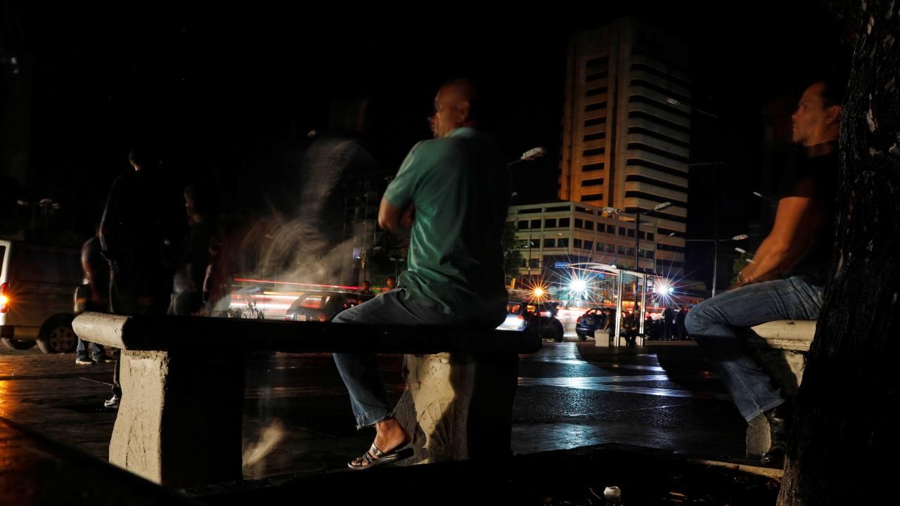 Foto: Un hombre se sienta en un parque mientras los autos pasan durante un apagón en Caracas, Venezuela, el 7 de marzo del 2019
