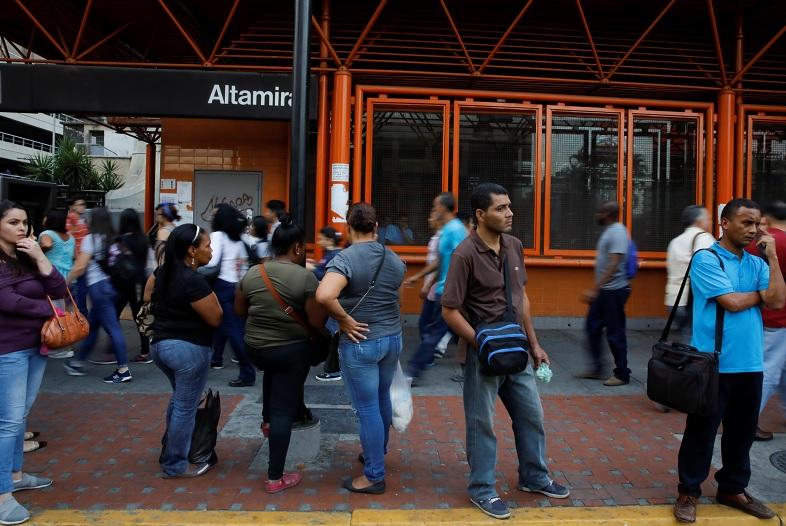 Foto: Un grupo de personas caminan afuera de una estación del Metro de Caracas cerrado por falta de energía, el 7 de marzo del 2019