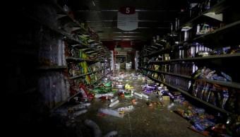 Foto: Cientos de productos tirados en un pasillo sin luz de un supermercado en Caracas, Venezuela, el 10 de marzo de 2019