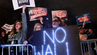 Foto: Varias personas protestan contra el presidente de Estados Unidos, Donald Trump, tras declarar emergencia nacional para construir un muro en la frontera con México, el 15 de febrero de 2019