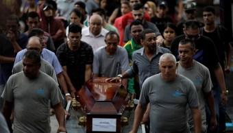 Foto: Cientos de personas asisten al funeral de las víctimas del tiroteo en la escuela Raul Brasil, en Suzano, el 14 de marzo de 2019