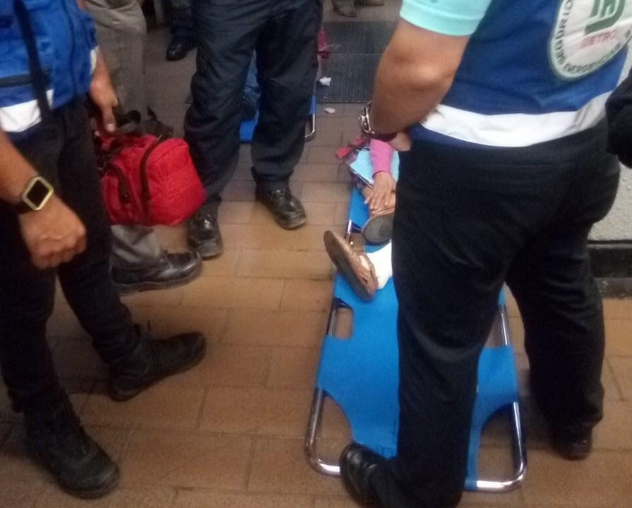 Foto: Servicios de emergencia atienden a una mujer tras caer por la falla de una escalera eléctrica en la estación Mixcoac del Metro de Ciudad de México, el 5 de marzo del 2019