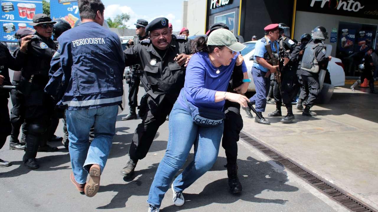 Foto: Policías nicaragüense dispersan una manifestación contra el presidente Daniel Ortega en calles de Managua. El 16 der marzo de 2019