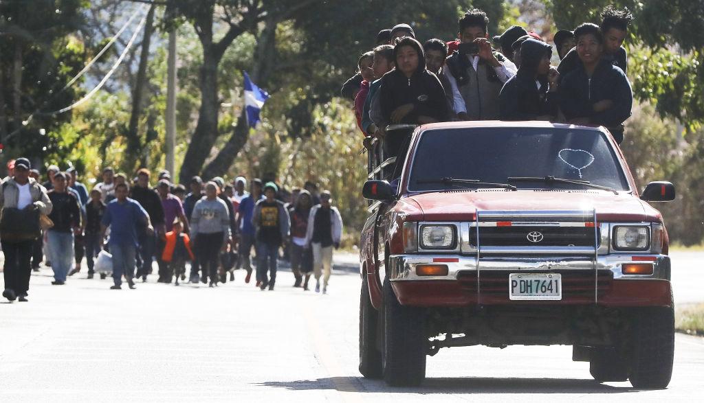Foto: Un grupo de migrantes hondureños caminan hacia un control fronterizo en Guatemala. El 16 de enero de 2019