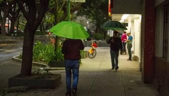 Foto: Dos personas caminan en calles de la Ciudad de México cubriéndose con paraguas por la lluvia, el 4 de marzo del 2019