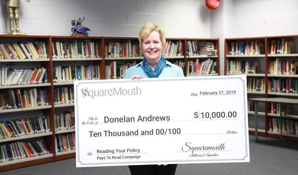 Foto: Donelan Andrews sostiene un cheque por 10 mil dólares, el 5 de marzo del 2019