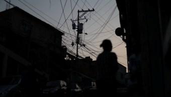 Foto: Cables eléctricos cuelgan de un poste de luz durante un apagón en Caracas, Venezuela. El 27 de marzo de 2019