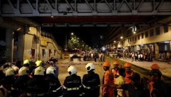 Foto: Rescatistas buscan a sobrevivientes y heridos tras colapsar un puente peatonal en Bombay, India. El 14 de marzo del 2019