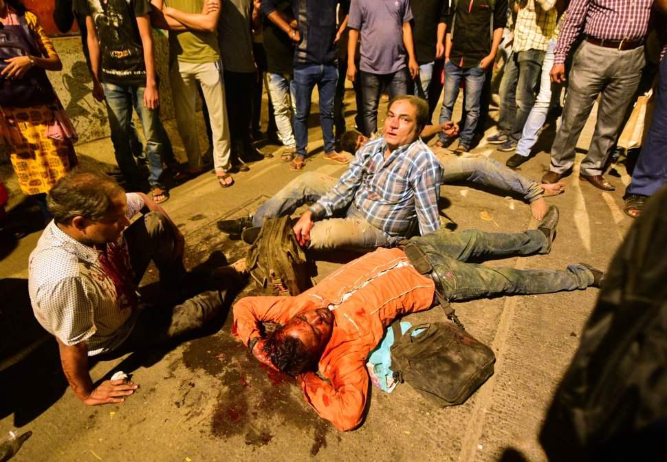 Foto: Varias personas quedaron tiradas en las calles al caer el puente por donde transitaban. El 14 de marzo del 2019