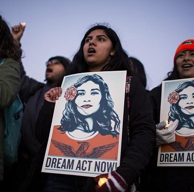 Senadores proponen vía legal para proteger a 'dreamers' de deportación en EEUU