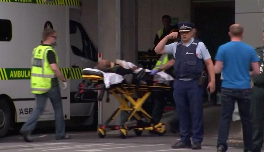 Foto: Servicios de emergencia atienden a una persona herida durante un tiroteo en una mezquita de Nueva Zelanda. El 15 de marzo del 2019