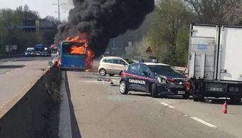 Foto Hombre incendia autobús escolar en Milán, Italia 20 marzo 2019