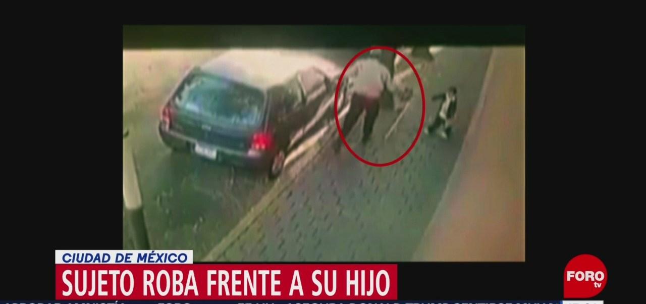 Foto: Hombre roba artículos de un vehículo frente a su hijo