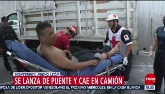 Foto: Hombre se avienta de puente y cae en camión en Nuevo Leónv
