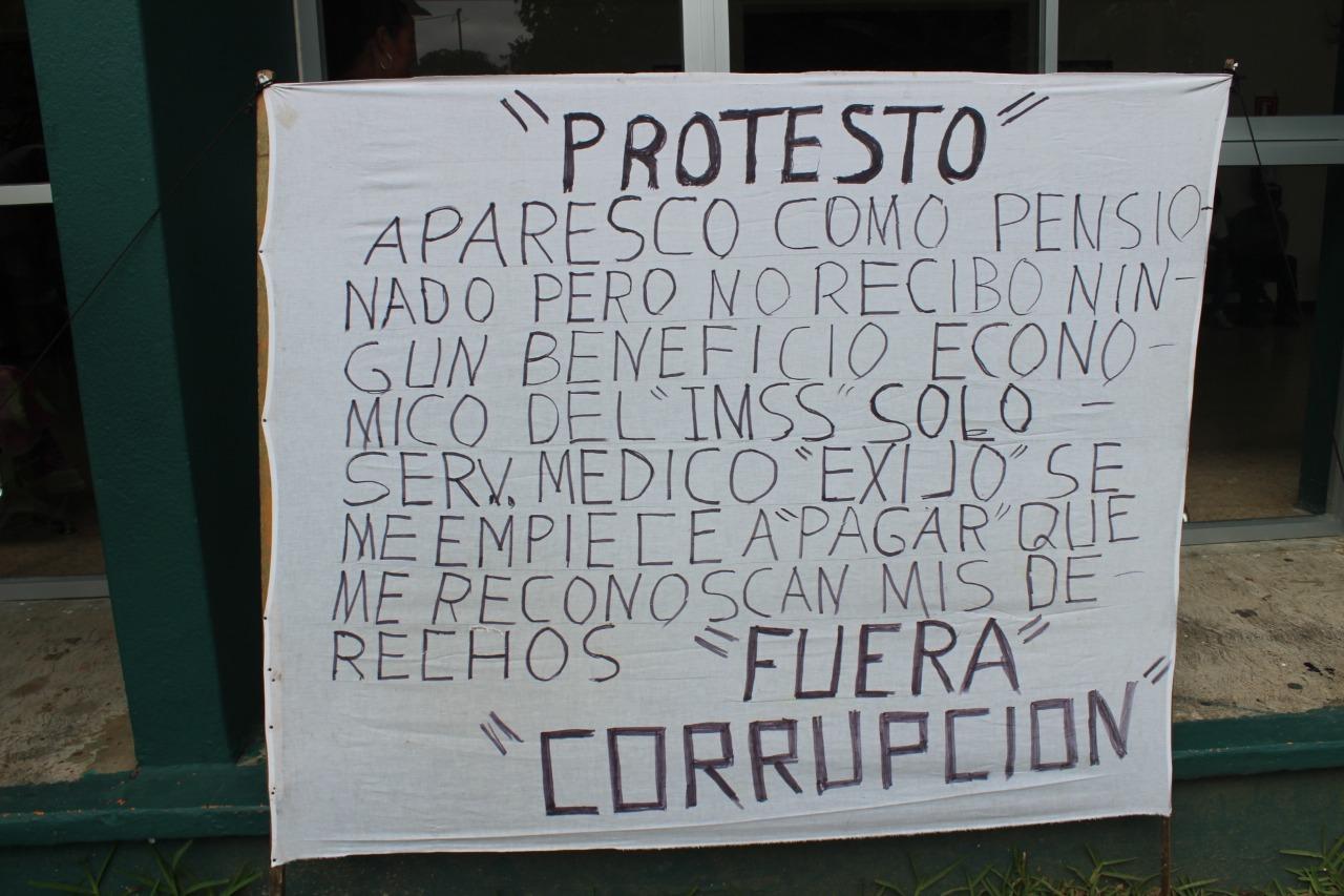 Imagen con la leyenda utilizada por Cruz Parra en su protesta este viernes frente a la clínica 20 del IMSS en Frontera (Grupo Cantón)