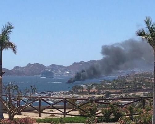 Foto: Incendio de embarcación en Cabo San Lucas, 25 de marzo 2019. Twitter @BcsProcivil