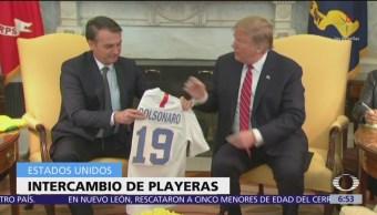 Intercambian playeras Trump y Bolsonaro