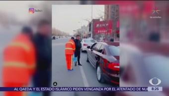 Joven da lección a automovilista que tira basura en la calle