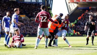 Foto: Un hincha entra a la cancha y le da un puñetazo a Jack Grealish, capitán del Aston Villa, 10 marzo 2013