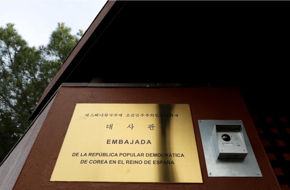 Foto: Letrero de la embajada de Corea del Norte en la capital española, 28 de febrero de 2019, Madrid