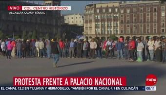 Manifestantes protestan frente a Palacio Nacional