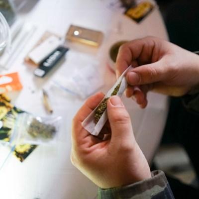Consumir marihuana en cantidades excesivas podría resultar en el desarrollo de psicosis
