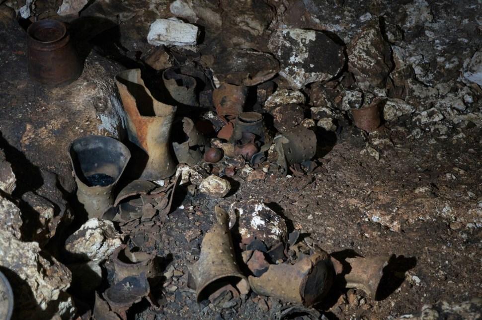 Más de 200 incensarios tipo Tláloc, braseros, vasijas, cajetes, malacates y metates miniatura de siete ofrendas han sido descubiertas en la cueva de Balamkú (Cuartoscuro)