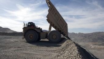Foto: Un camión transporta material de cobre a la estación de trituración de una mina a cielo abierto en Sonora, México, marzo 3 de 2019 (Getty Images)
