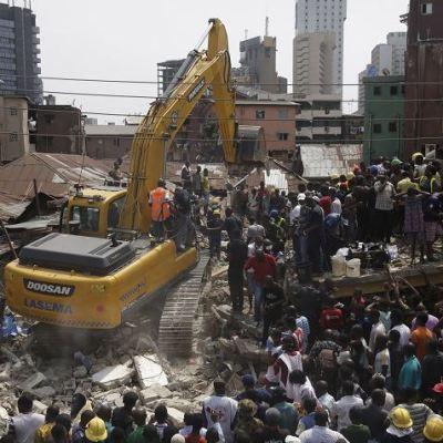 Suman 12 muertos tras derrumbarse una escuela en Nigeria